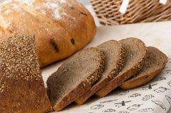 Ψωμί σε ένα ψάθινο καλάθι Στοκ εικόνα με δικαίωμα ελεύθερης χρήσης