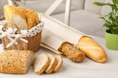 Ψωμί σε ένα ψάθινο καλάθι Στοκ Εικόνες