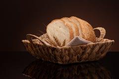 Ψωμί σε ένα ψάθινο καλάθι Στοκ εικόνες με δικαίωμα ελεύθερης χρήσης