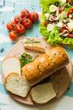 Ψωμί σκόρδου με τις ντομάτες σαλάτας και κερασιών στο ξύλινο υπόβαθρο Τοπ όψη Κινηματογράφηση σε πρώτο πλάνο Στοκ εικόνες με δικαίωμα ελεύθερης χρήσης