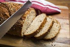 Ψωμί στην τέμνουσα κινηματογράφηση σε πρώτο πλάνο μαχαιριών πινάκων και ψωμιού Στοκ Φωτογραφίες