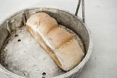 Ψωμί στο βρώμικο καλάθι Στοκ φωτογραφίες με δικαίωμα ελεύθερης χρήσης