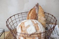 Ψωμί στο καλάθι φραντζόλα και baguette στην κουζίνα, σπιτικές ζύμες με τη σκόνη εύγευστα προϊόντα αλευριού στοκ εικόνες με δικαίωμα ελεύθερης χρήσης