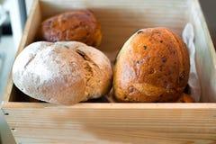 Ψωμί στο ξύλινο κιβώτιο Στοκ Φωτογραφίες