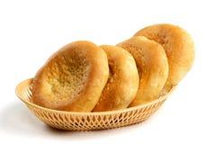 Ψωμί στο ψάθινο καλάθι που απομονώνεται στο λευκό Στοκ φωτογραφίες με δικαίωμα ελεύθερης χρήσης