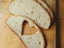 Ψωμί την καρδιά που αποκόπτει με της φέτας Στοκ φωτογραφία με δικαίωμα ελεύθερης χρήσης