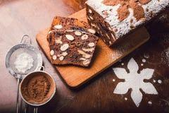 Ψωμί της Apple με το κακάο, τα φρούτα και τα καρύδια Στοκ φωτογραφία με δικαίωμα ελεύθερης χρήσης