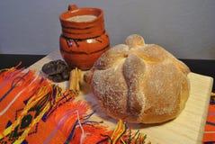 Ψωμί των νεκρών με το καυτό κακάο στοκ εικόνα
