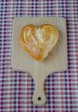 Ψωμί υπό μορφή καρδιάς στη βαλανιδιά Στοκ Εικόνες