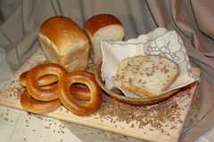 Ψωμί φετών και σιτάρι σίτου στον τέμνοντα πίνακα Στοκ Εικόνες