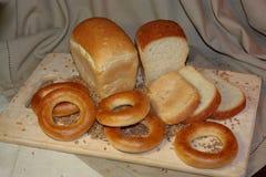 Ψωμί φετών και σιτάρι σίτου στον τέμνοντα πίνακα Στοκ φωτογραφία με δικαίωμα ελεύθερης χρήσης