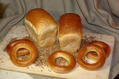 Ψωμί φετών και σιτάρι σίτου στον τέμνοντα πίνακα Στοκ Φωτογραφία