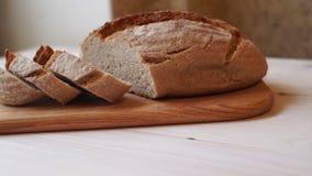 Ψωμί φετών στον τέμνοντα πίνακα Σπιτική φέτα ψωμιού Ψημένο προϊόν φιλμ μικρού μήκους