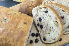 Ψωμί φρούτων με το aronia που τεμαχίζεται σε ένα ξύλινο πιάτο με το ξηρό aron Στοκ φωτογραφίες με δικαίωμα ελεύθερης χρήσης