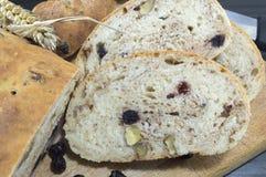 Ψωμί φρούτων με το aronia που τεμαχίζεται σε ένα ξύλινο πιάτο με το ξηρό aron Στοκ εικόνες με δικαίωμα ελεύθερης χρήσης