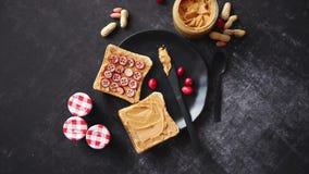 Ψωμί φρυγανιών με το σπιτικό φυστικοβούτυρο που εξυπηρετείται με τις φρέσκες φέτες των των βακκίνιων απόθεμα βίντεο