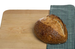 ψωμί χαρτονιών που κόβει τη φρέσκια φραντζόλα Στοκ Εικόνα