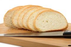 ψωμί χαρτονιών που τεμαχίζει το κομμένο μαχαίρι Στοκ εικόνα με δικαίωμα ελεύθερης χρήσης
