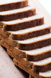 ψωμί χαρτονιών που τεμαχίζ&epsi Στοκ Φωτογραφία