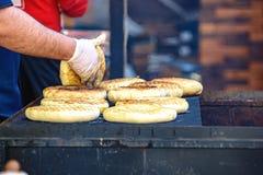 Ψωμί ψησίματος στην πυρκαγιά Στοκ Εικόνες