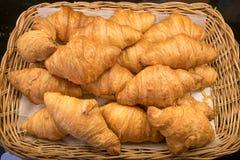 Ψωμί Croissant στη γραμμή μπουφέδων, Στοκ εικόνα με δικαίωμα ελεύθερης χρήσης