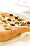 Ψωμί Focaccia με τις ελιές & το θυμάρι στοκ εικόνες
