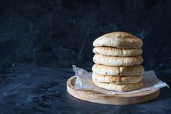 Ψωμί Pita στο μαύρο ξύλινο υπόβαθρο στοκ εικόνες