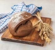 Ψωμί Tabatiere σίκαλης σε έναν τέμνοντα πίνακα στοκ φωτογραφία