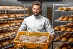 Ψωμιά εκμετάλλευσης Baker στην κατασκευή Στοκ εικόνες με δικαίωμα ελεύθερης χρήσης
