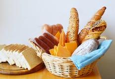 Ψωμιά, λουκάνικα και τυρί με το άσπρο υπόβαθρο Στοκ φωτογραφία με δικαίωμα ελεύθερης χρήσης