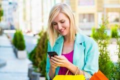 Ψωνίζοντας γυναίκα με τις τσάντες που μιλούν στο τηλέφωνο υπαίθριο Στοκ Εικόνες