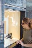 ψωνίζοντας γυναίκα Στοκ εικόνες με δικαίωμα ελεύθερης χρήσης