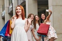 Ψωνίζοντας γυναίκες ομάδας στην πόλη Στοκ φωτογραφία με δικαίωμα ελεύθερης χρήσης