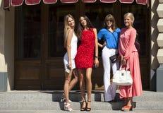ψωνίζοντας γυναίκες που περπατούν στη λεωφόρο Στοκ εικόνα με δικαίωμα ελεύθερης χρήσης