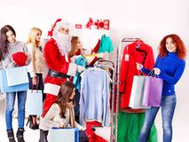Ψωνίζοντας γυναίκες στις πωλήσεις Χριστουγέννων. Στοκ Φωτογραφίες
