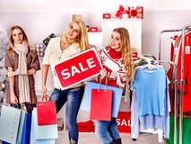 Ψωνίζοντας γυναίκες στις πωλήσεις Χριστουγέννων Στοκ Εικόνες