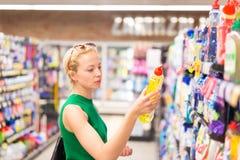 Ψωνίζοντας καθαριστές γυναικών στην υπεραγορά Στοκ Εικόνες
