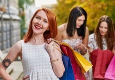 ψωνίζοντας χαμογελώντας γυναίκα Στοκ εικόνα με δικαίωμα ελεύθερης χρήσης