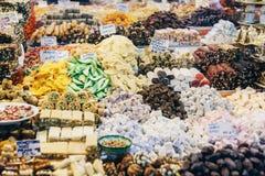 Ψωνίζοντας arcade με τα καρυκεύματα, τα καρύδια και τα γλυκά στο καρύκευμα Bazaar Στοκ Εικόνες