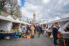 Ψύλλος αγοράς σε όχθεις του ποταμού Σηκουάνας, Alexandre ΙΙΙ γέφυρα στο υπόβαθρο, στο Παρίσι Γαλλία Στοκ φωτογραφία με δικαίωμα ελεύθερης χρήσης