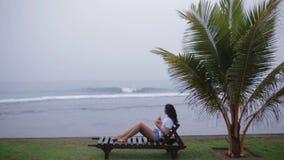 Ψύχρα κοριτσιών κοντά στον ωκεανό απόθεμα βίντεο