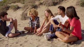 Ψύχρα στους ήχους της ακουστικής κιθάρας απόθεμα βίντεο