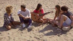 Ψύχρα στους ήχους της ακουστικής κιθάρας φιλμ μικρού μήκους