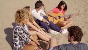 Ψύχρα στους ήχους της κιθάρας απόθεμα βίντεο