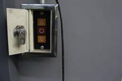 Ωθήστε το κουμπί για να ανοίξετε ή από την πόρτα Στοκ εικόνα με δικαίωμα ελεύθερης χρήσης