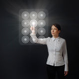 ωθώντας γυναίκα επιτροπής πινάκων κουμπιών στοκ φωτογραφία