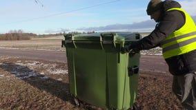 Ωθώντας εμπορευματοκιβώτιο απορριμμάτων εργαζομένων απόθεμα βίντεο