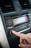 Ωθώντας κουμπί δάχτυλων οδηγών του ακουστικού φορέα αυτοκινήτων Στοκ εικόνες με δικαίωμα ελεύθερης χρήσης