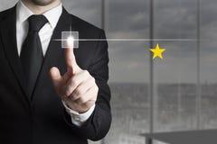 Ωθώντας κουμπί ένα επιχειρηματιών εκτίμηση αστεριών Στοκ Εικόνες