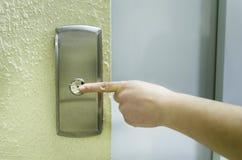 Ωθώντας κουμπί ανελκυστήρων γυναικών Στοκ Εικόνες